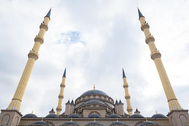 Schöne moschee auf dem hintergrund des bewölkten himmels.
