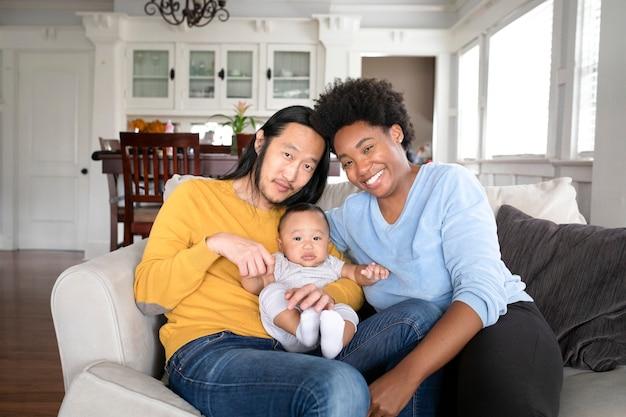 Schöne multikulturelle familie, die zeit zusammen in der neuen normalität verbringt
