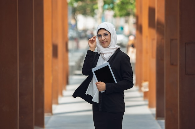 Schöne muslimische erfolgreiche geschäftsfrau im freien