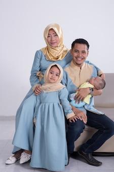 Schöne muslimische familie mit kindern zusammen