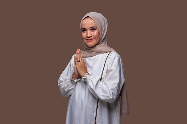 Schöne muslimische frauen, die hijab-grüße tragen, die typisch für den ramadan sind und eid al-fitr . feiern