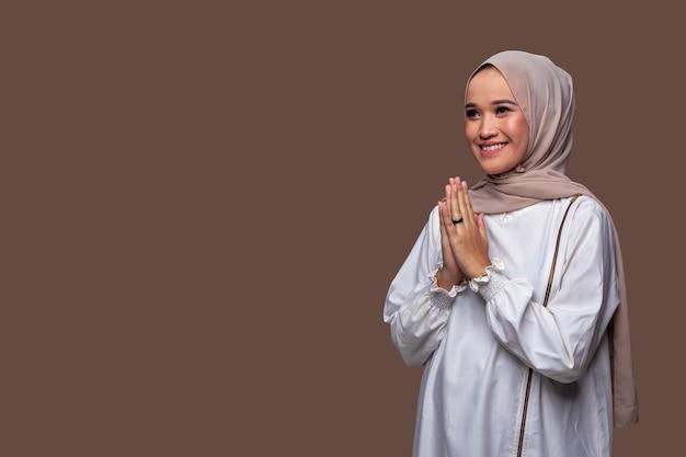 Schöne muslimische frauengrüße typisch für ramadan und feiern eid al-fitr