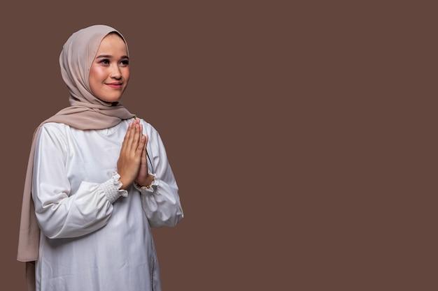 Schöne muslimische frauengrußhand lokalisiert auf einfachem hintergrund