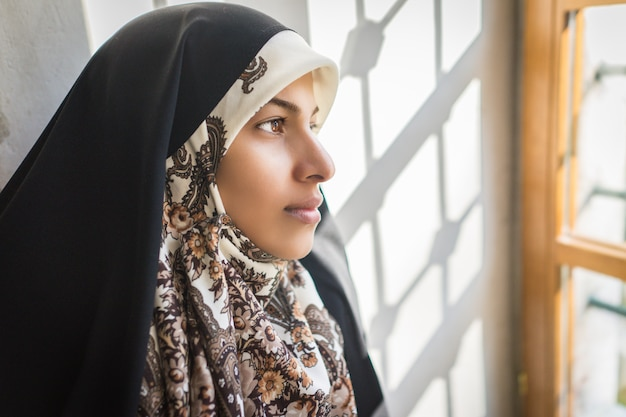 Schöne muslimische junge frau