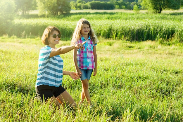 Schöne mutter draußen mit tochterkind