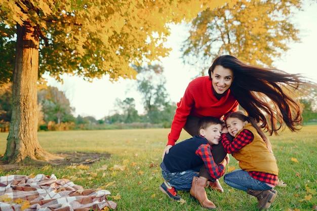 Schöne mutter mit kleinen kindern