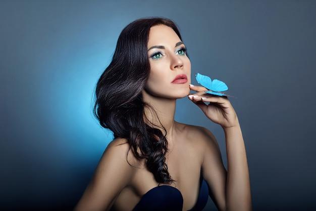Schöne mysteriöse frauenschmetterlinge blaue farbe