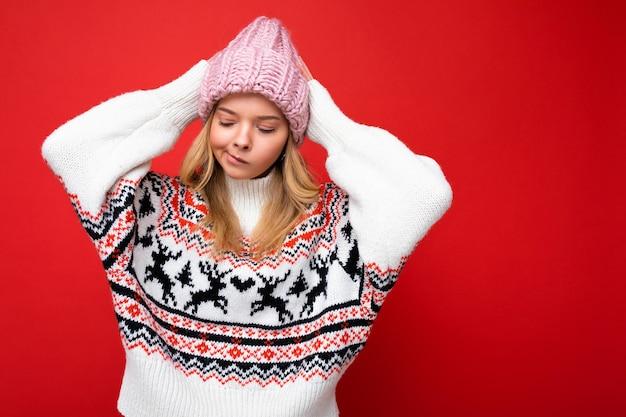 Schöne nachdenkliche traurige junge blonde frau isoliert