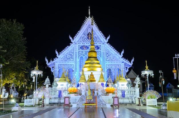 Schöne nacht belichtete ansicht von wat chiangrai in thailand
