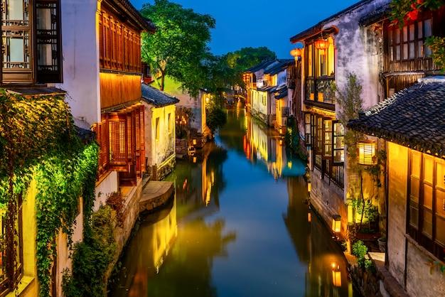 Schöne nachtansicht von zhouzhuang, eine alte stadt in der provinz jiangsu