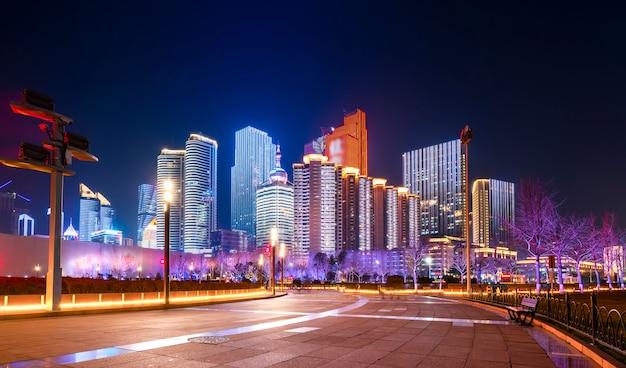 Schöne nachtlandschaft der stadtarchitektur in qingdao