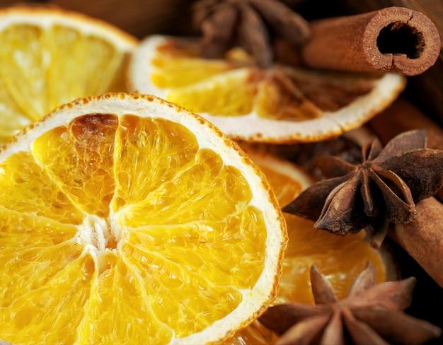Schöne nahaufnahme von trockenen orangen, von zimtstangen und von stern anis