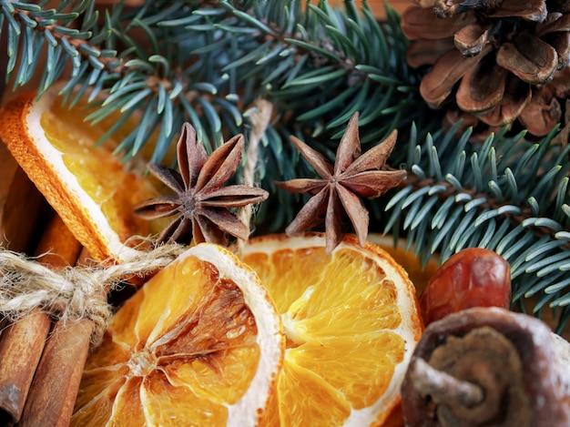 Schöne nahaufnahmeniederlassungen der fichte, der trockenen orangen, der zimtstangen und des sternanises, trockenfrüchte