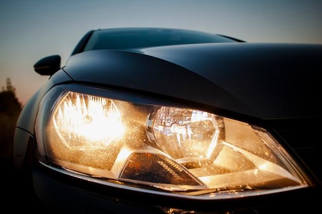 Schöne nahaufnahmescheinwerfer eines schwarzen autos