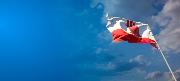 Schöne nationalstaatsflagge von gibraltar auf blauem himmel