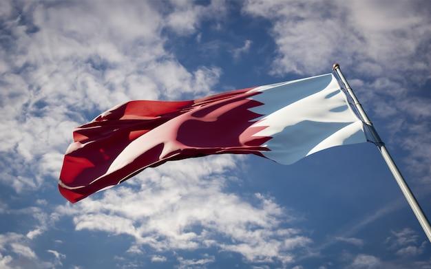Schöne nationalstaatsflagge von katar, die auf blauem himmel flattert