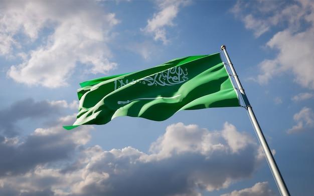 Schöne nationalstaatsflagge von saudi-arabien, die auf blauem himmel flattert