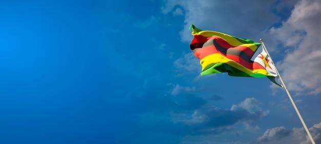 Schöne nationalstaatsflagge von simbabwe auf blauem himmel