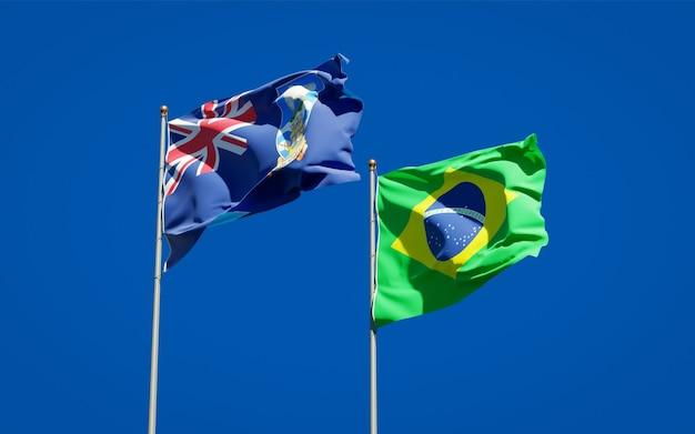 Schöne nationalstaatsflaggen der falklandinseln und brasiliens zusammen auf blauem himmel