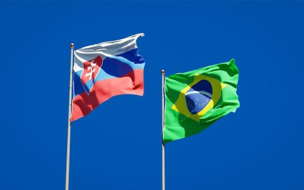 Schöne nationalstaatsflaggen der slowakei und brasiliens zusammen auf blauem himmel