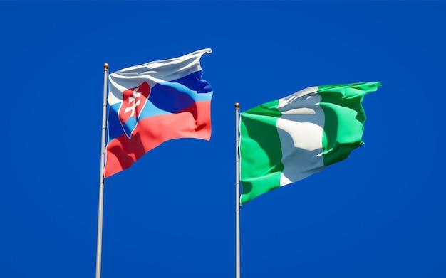 Schöne nationalstaatsflaggen der slowakei und nigerias zusammen auf blauem himmel