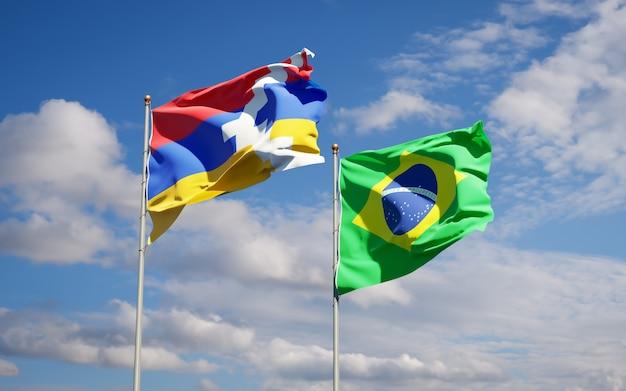 Schöne nationalstaatsflaggen von brasilien und von artsakh zusammen auf blauem himmel