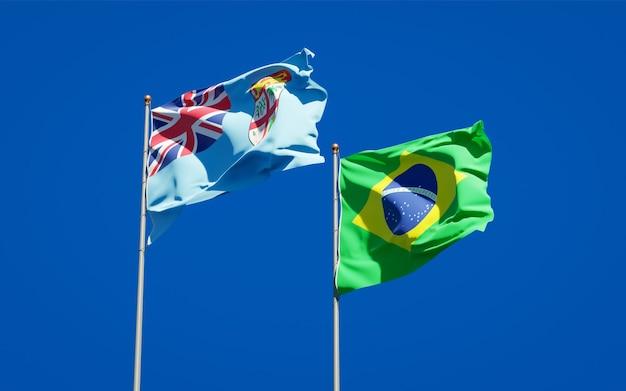 Schöne nationalstaatsflaggen von fidschi und brasilien zusammen auf blauem himmel