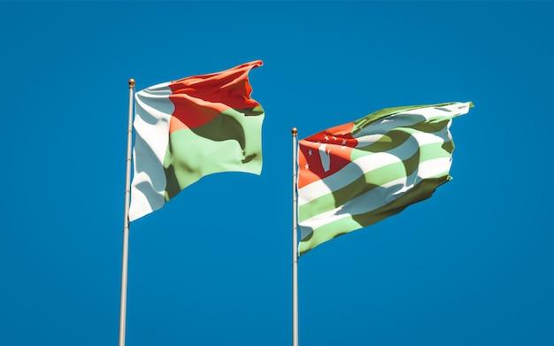 Schöne nationalstaatsflaggen von madagaskar und abchasien zusammen