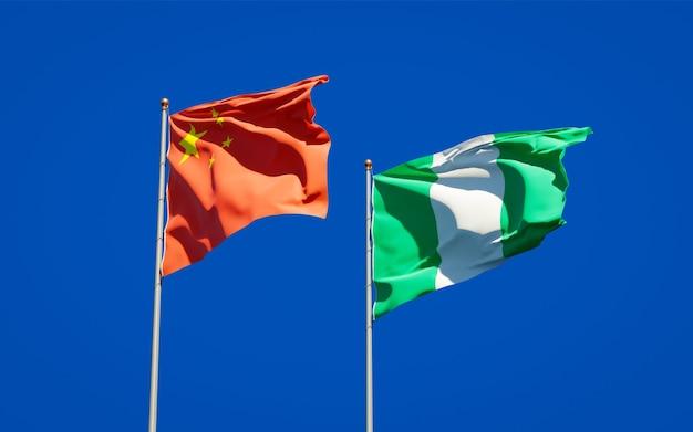 Schöne nationalstaatsflaggen von nigeria und von china zusammen auf blauem himmel