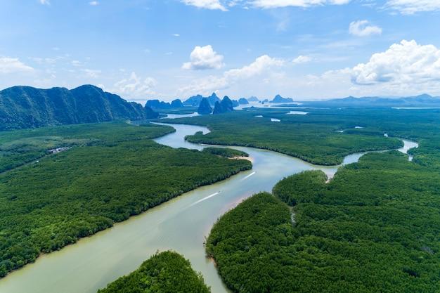 Schöne natürliche landschaft der landschaftsansicht in tropischen mangrovenwald asiens mit kleiner insel