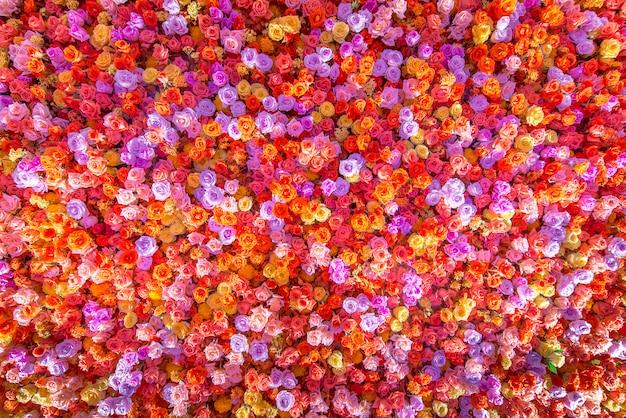 Schöne natürliche rote rosen blühen hintergrund für besondere anlässe.