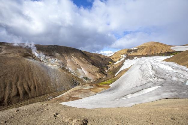 Schöne natürliche umgebung auf dem wanderweg von landmannalaugar in island