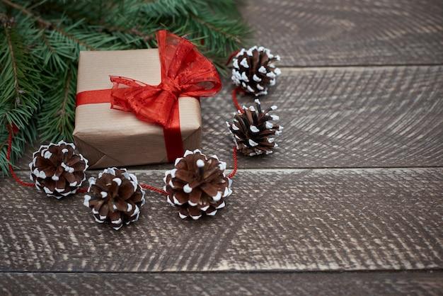 Schöne natürliche weihnachtsschmuck und ein geschenk