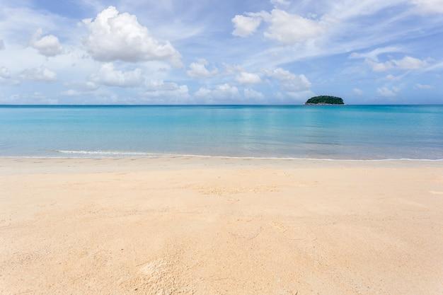 Schöne natur der andamanensee und des weißen sandstrandes am morgen bei patong beach, insel phuket, thailand. natur- und reisekonzept