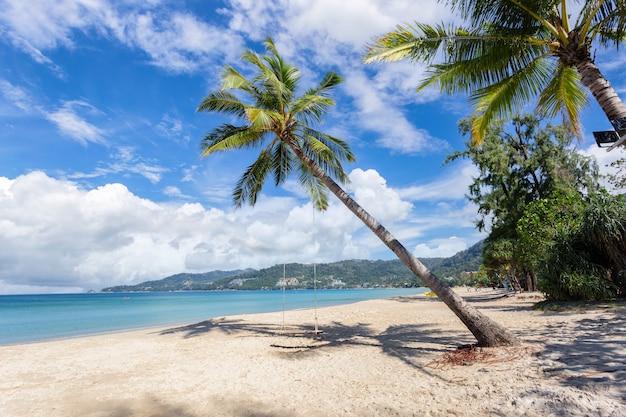 Schöne natur der andamanensee und des weißen sandstrandes am morgen bei patong beach, insel phuket, thailand.