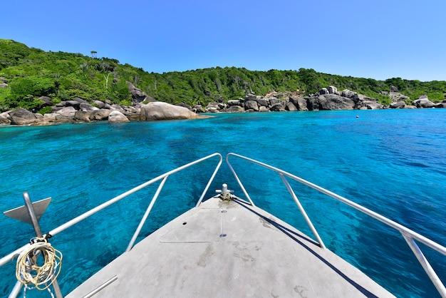 Schöne natur der inseln in der andamanensee auf similan island auf schnellbooten, phang nga, thailand