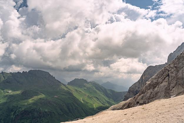Schöne natur mit grünem hügel und berg unter himmel