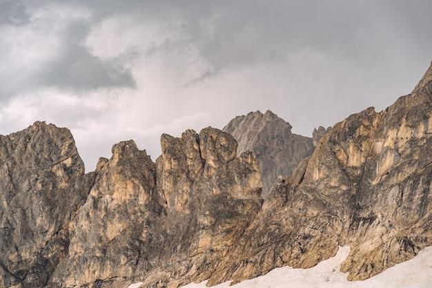 Schöne natur mit weißem schnee auf felsigem berg
