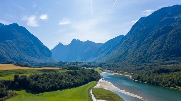 Schöne natur von norwegen. ein dorf an der fjordküste