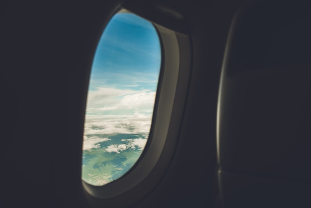 Schöne naturlandschaft, die durch offenes fenster des flugzeuges von der kabine schaut