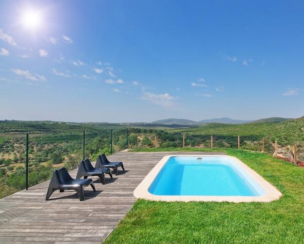Schöne naturlandschaft mit einem schönen pool. an einem sonnigen tag.