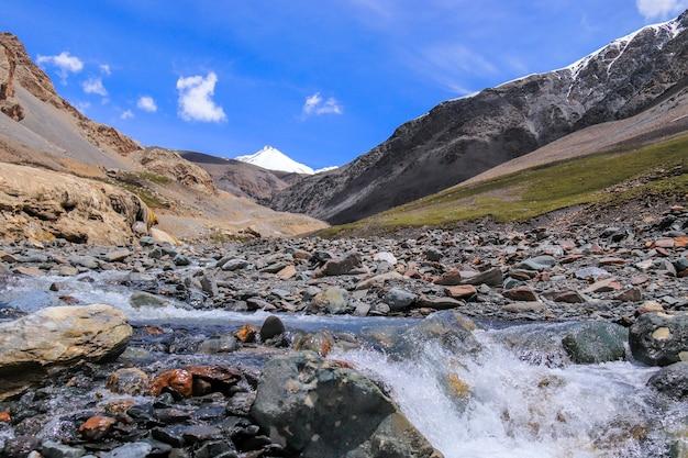 Schöne naturlandschaftsansicht des qilian mountain scenic area mount zhuoer eine berühmte landschaft in qilian, haibei, qinghai, china.