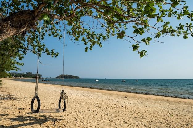 Schöne naturlandschaftslandschaft der schaukel und des strandes im sommer am klong muang strand, krabi, thailand, krabi, thailand. reisetourismus zielort asien.