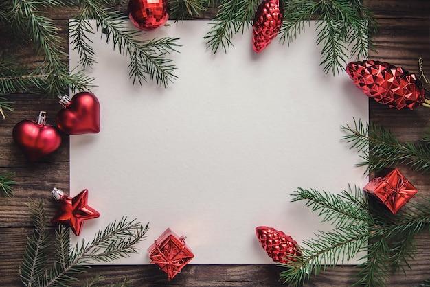 Schöne neujahrskarte mit nummer auf hölzernem hintergrund