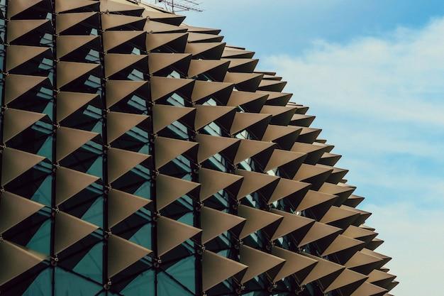 Schöne niedrige winkelaufnahme einer stacheligen modernen architektur in einer stadtstadt