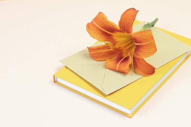 Schöne orange blume auf umschlag