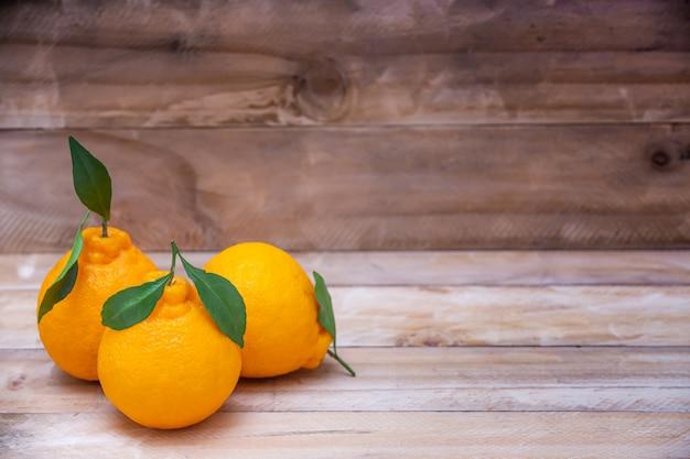 Schöne orangenfrucht auf holztisch