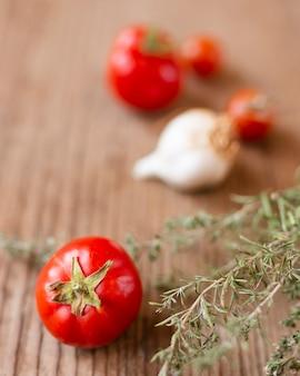 Schöne organische tomate der nahaufnahme