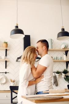 Schöne paare bereiten lebensmittel in einer küche zu