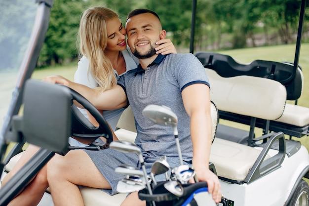 Schöne paare, die golf auf einem golfplatz spielen